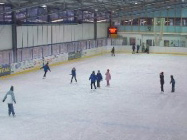 Eislaufen in der Indoor-Eishalle in Steinach